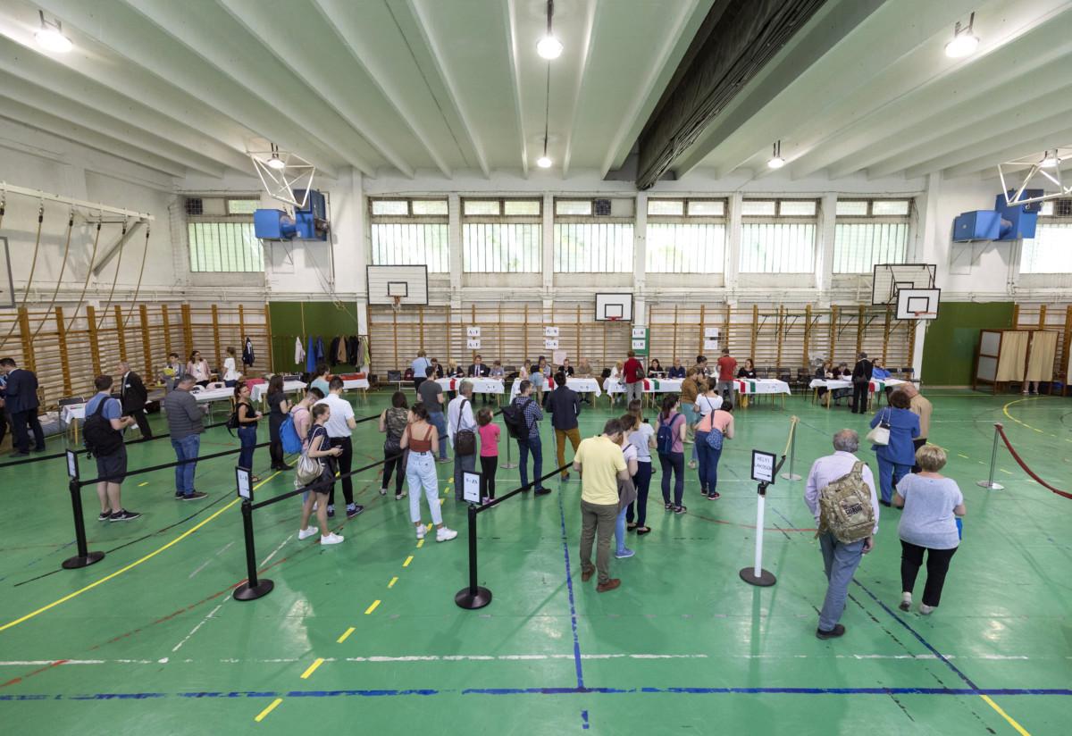 Budapest, 2019. május 26. Átjelentkezők és helyi lakosok sorban állnak az európai parlamenti (EP) választáson a XI. kerületi Gazdagrét-Csíkihegyek Általános Iskolában kialakított 56-os szavazókörben 2019. május 26-án. MTI/Mohai Balázs