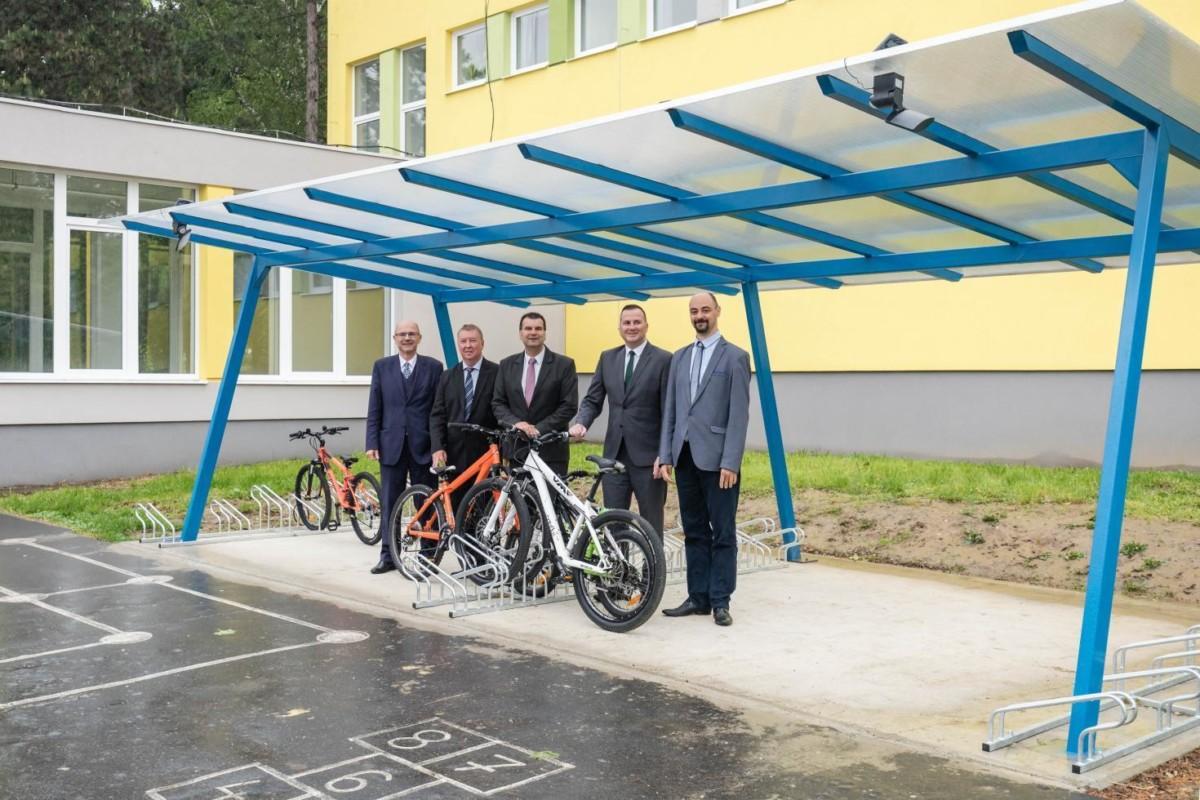 Átadtak egy kétmillió forintból épült kerékpártárolót Zalaegerszegen – kiakadt a biciklis közösség