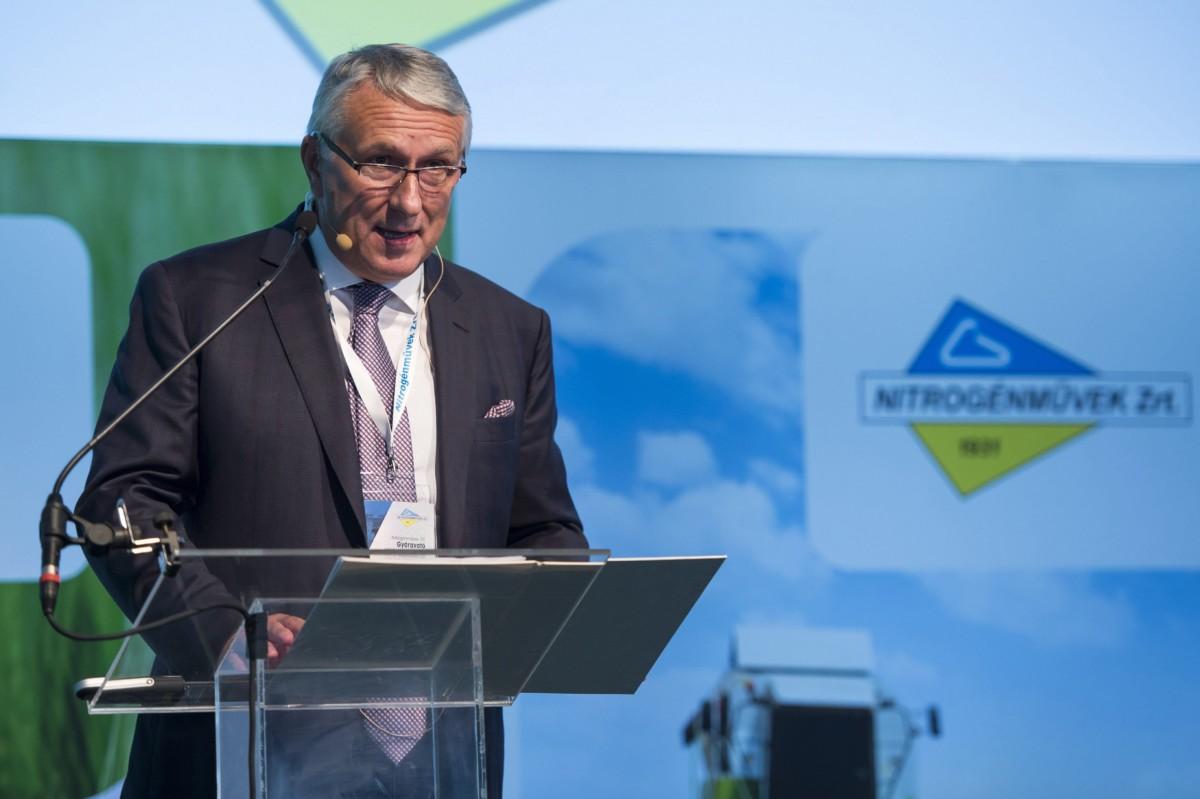 Bige László, a Nitrogénművek Zrt. elnök-vezérigazgatója beszédet mond a cég 140 milliárd forint értékű beruházásáról tartott tájékoztatón Pétfürdőn 2016. szeptember 22-én.