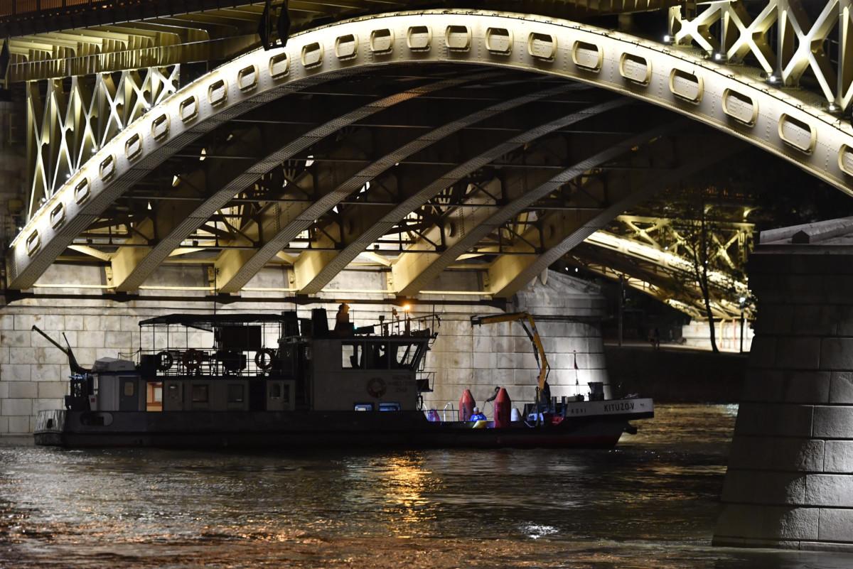 Bóják a Kitűző V. hajó fedélzetén a balesetben elsüllyedt Hableány turistahajó közelében a Dunán, a Margit hídnál 2019. június 5-én.