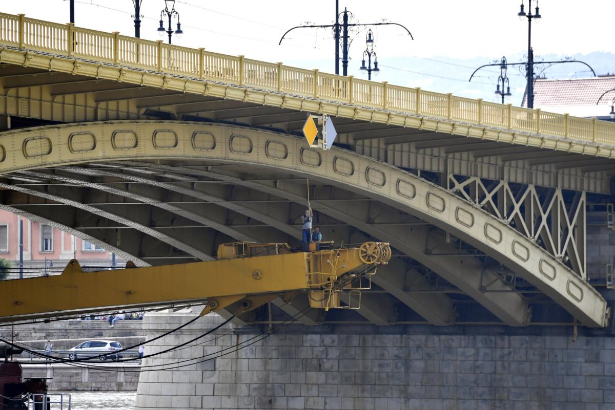 A Clark Ádám hajódaru a Margit híd alatt halad át 2019. június 7-én.