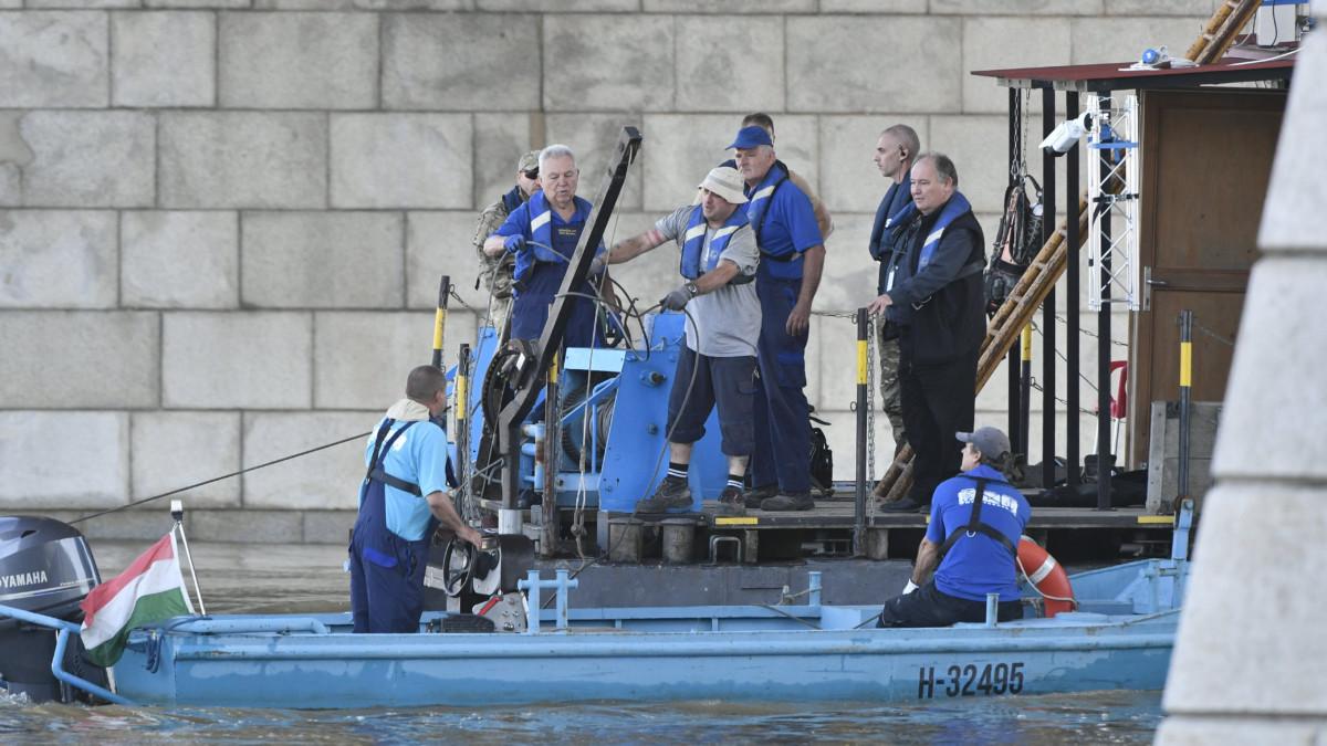 A magyar mentőcsapat tagjai úszó-pontonon és motorcsónakban a Dunán, a balesetben elsüllyedt Hableány turistahajó közelében a Margit híd pillérénél 2019. június 3-án.