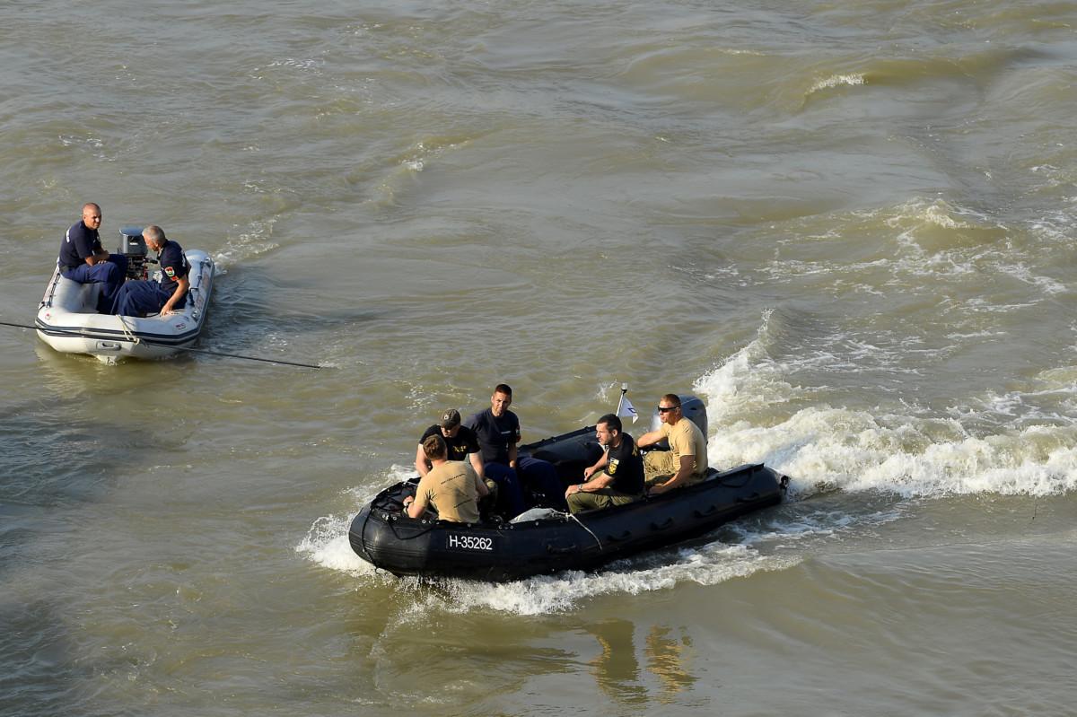 A Terrorelhárítási Központ (TEK) és a rendőrség munkatársai egy motorcsónakban a balesetben elsüllyedt Hableány turistahajó közelében, a Margit hídnál 2019. június 9-én.
