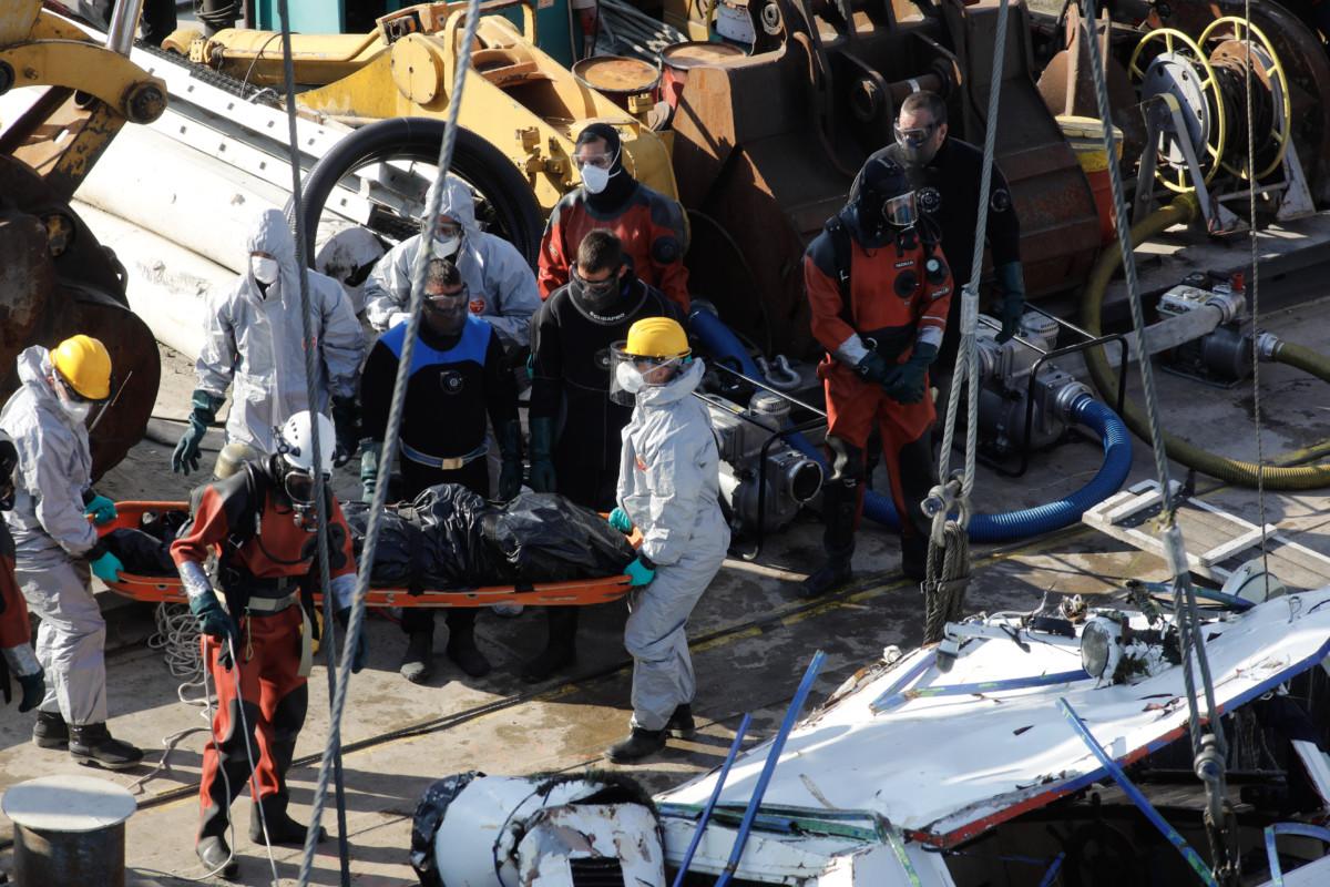 A balesetben elsüllyedt Hableány turistahajó roncsából kiemelt holttestet viszik a Margit hídnál horgonyzó uszályon 2019. június 11-én.