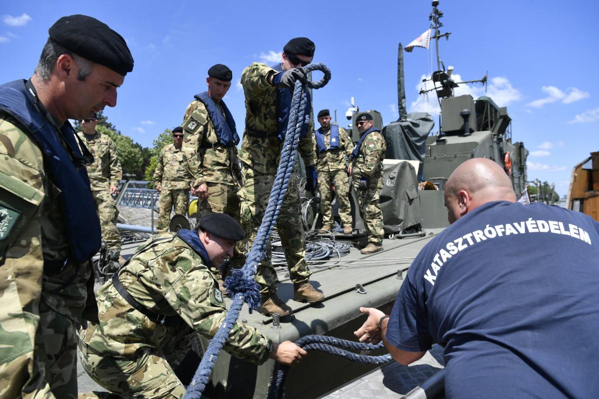 A mentőcsapat vízi bázisaként használt Dunaújváros hajó és a legénység tagjai a Margitszigetnél 2019. június 3-án.