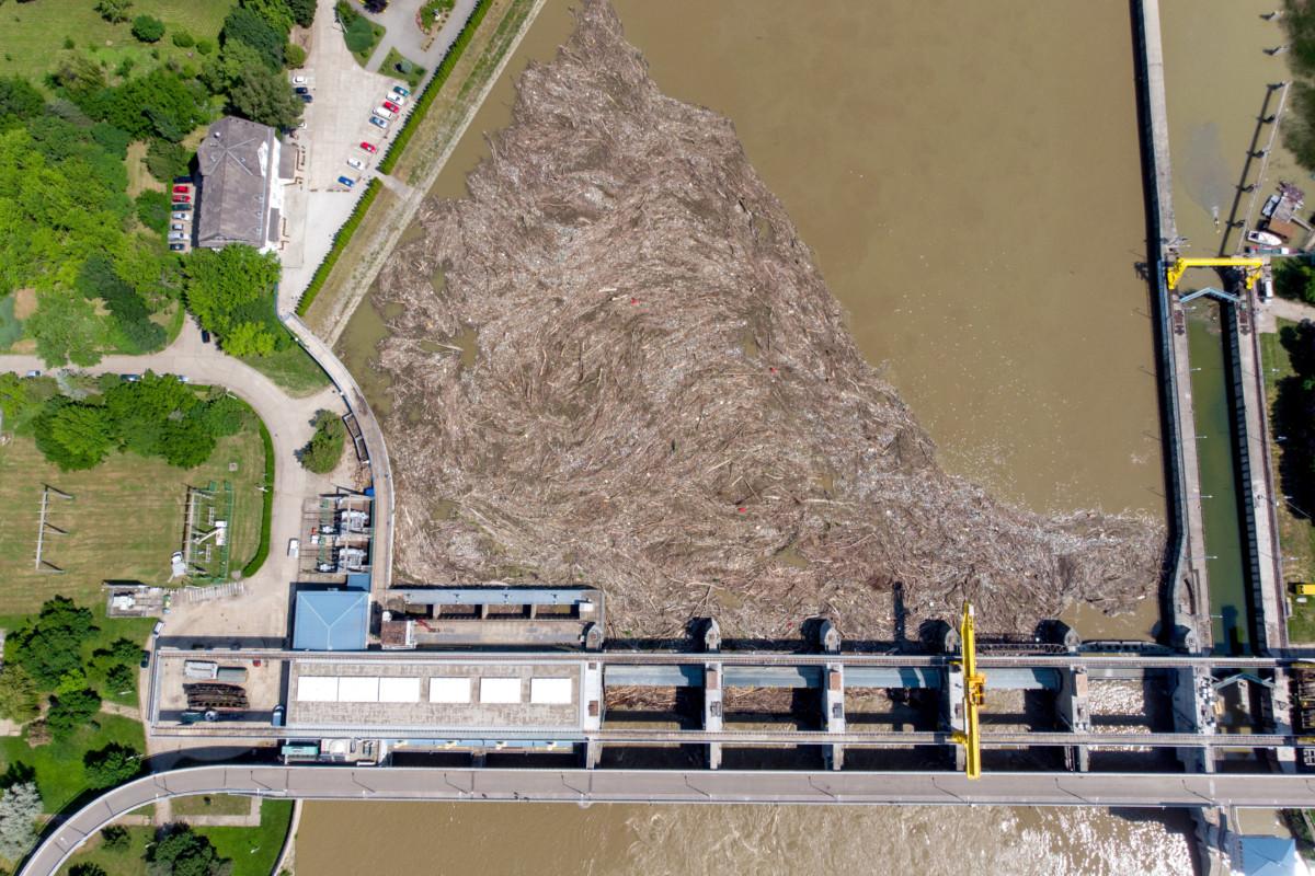 A tiszai árhullám miatt felgyülemlett több tonna uszadék és szemét a kiskörei vízerőműnél 2019. június 7-én.