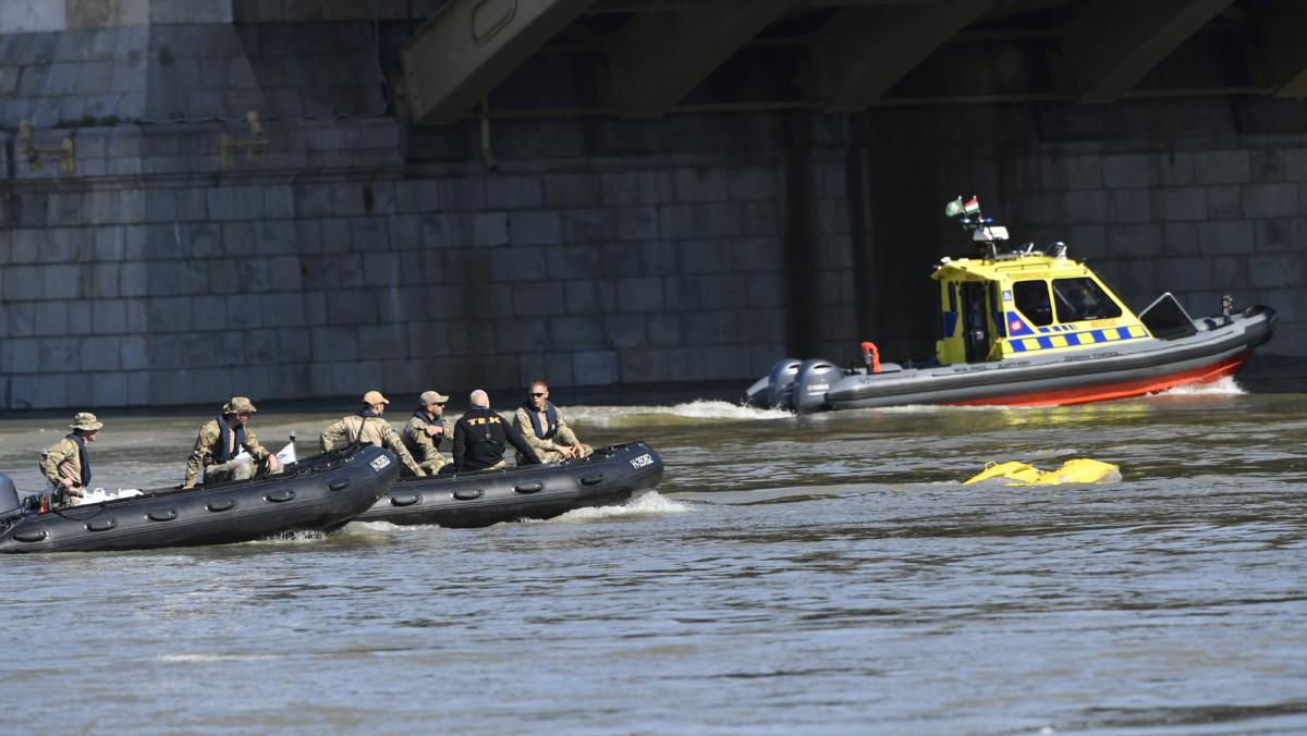 A Terrorelhárítási Központ (TEK) és a vízi mentők motorcsónakjai a Dunán, a balesetben elsüllyedt Hableány turistahajó közelében a Margit híd pillérénél 2019. június 3-án.