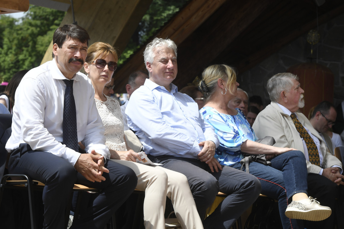 Áder János köztársasági elnök (b) és felesége Herczegh Anita (b2), valamint Semjén Zsolt miniszterelnök-helyettes (b3), Kásler Miklós, az emberi erőforrások minisztere (j) és felesége, Liszkay Gabriella a csíksomlyói búcsú miséje előtt a Kis- és Nagysomlyó közti nyeregben 2019. június 8-án.