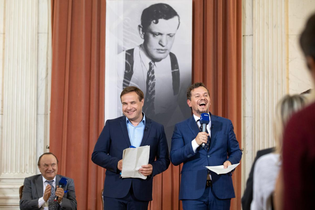 Bagi Iván (b2) és Nacsa Olivér (j) humoristák, a Karinthy-gyűrű idei kitüntetettjei, valamint Korda György énekes (b) az elismerés átadásán a volt rádiószékház Márványtermében 2019. június 25-én.