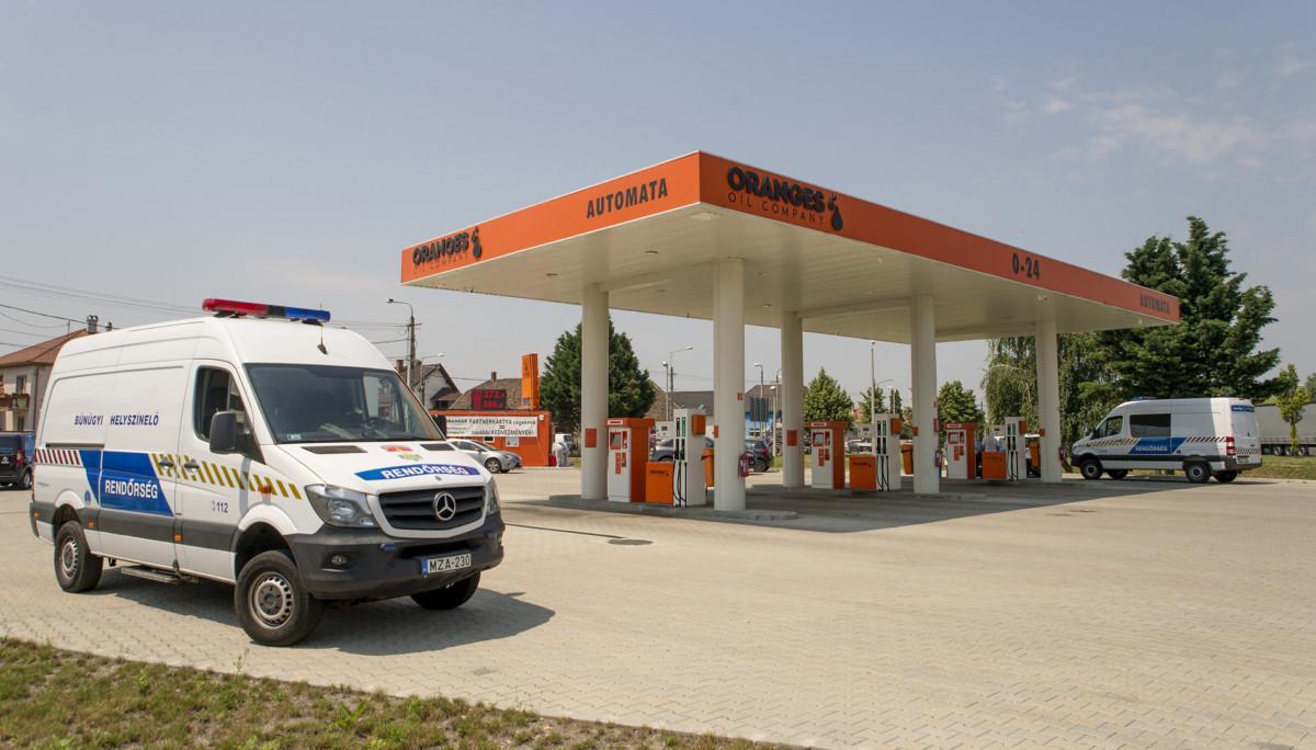 Rendőrautók a győri Fehérvári úti benzinkúton, amelyet a délelőtti órákban kiraboltak 2019. június 27-én.
