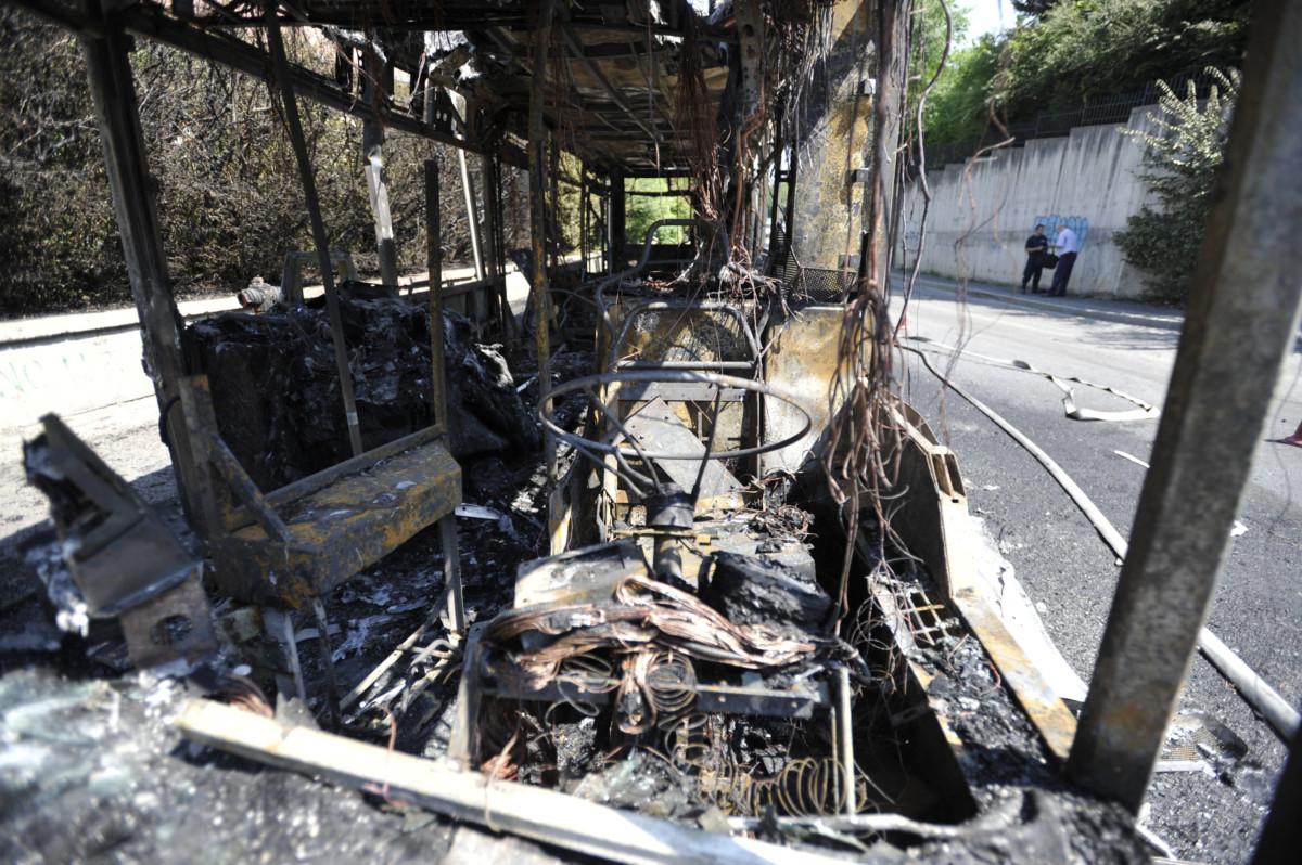 A BKV kiégett 137-es autóbusza a III. kerületben 2019. június 26-án. Személyi sérülés nem történt.