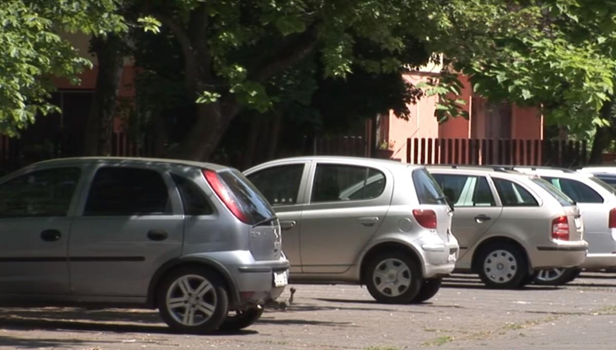 Tűzoltók szabadítottak ki egy forró autóban rekedt kisgyereket Debrecenben