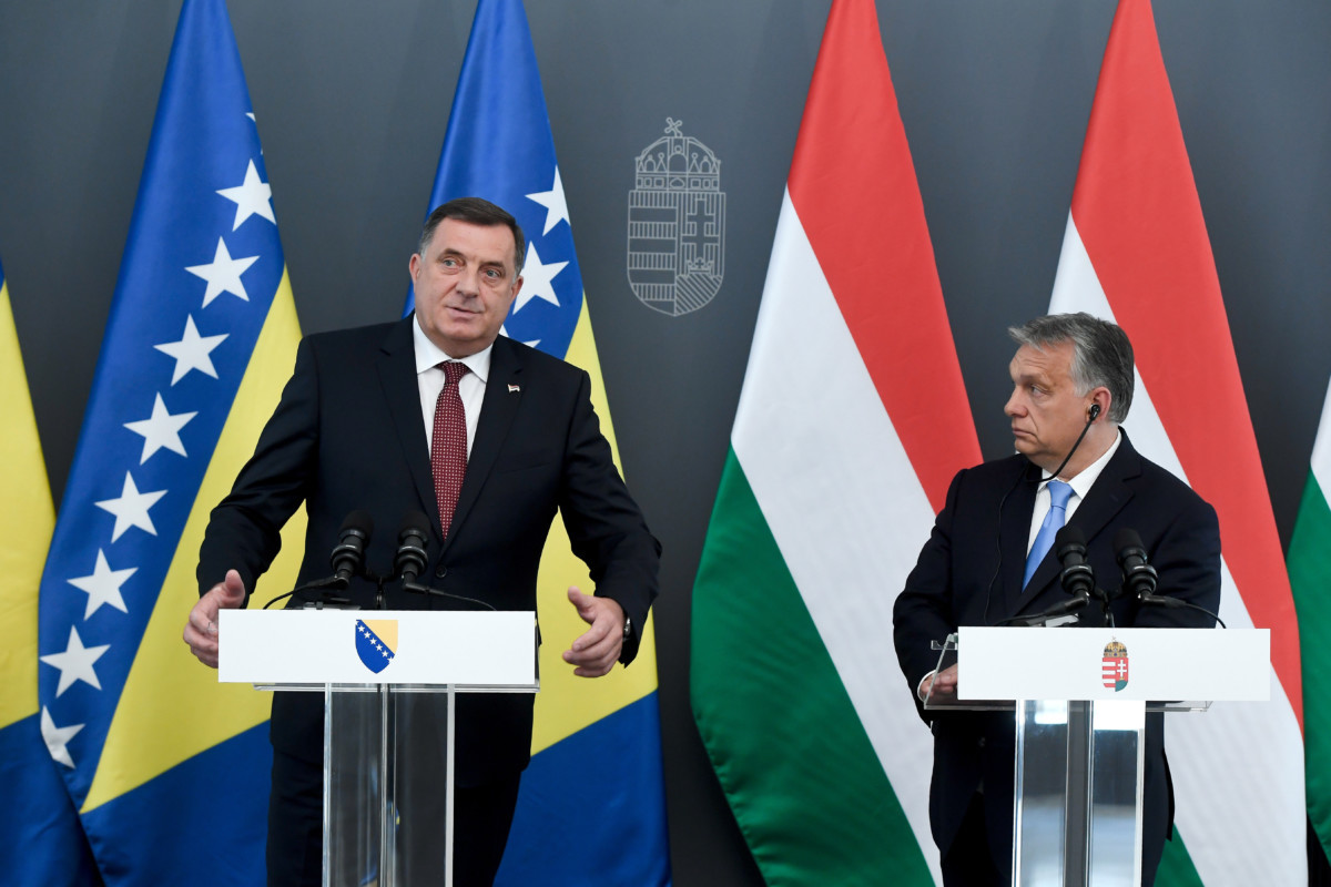 Milorad Dodik, a bosznia-hercegovinai háromtagú kollektív államelnökség soros, szerb elnöke (b) és Orbán Viktor miniszterelnök sajtónyilatkozatot tesz találkozójuk után Budapesten, a Karmelita kolostorban 2019. június 18-án.
