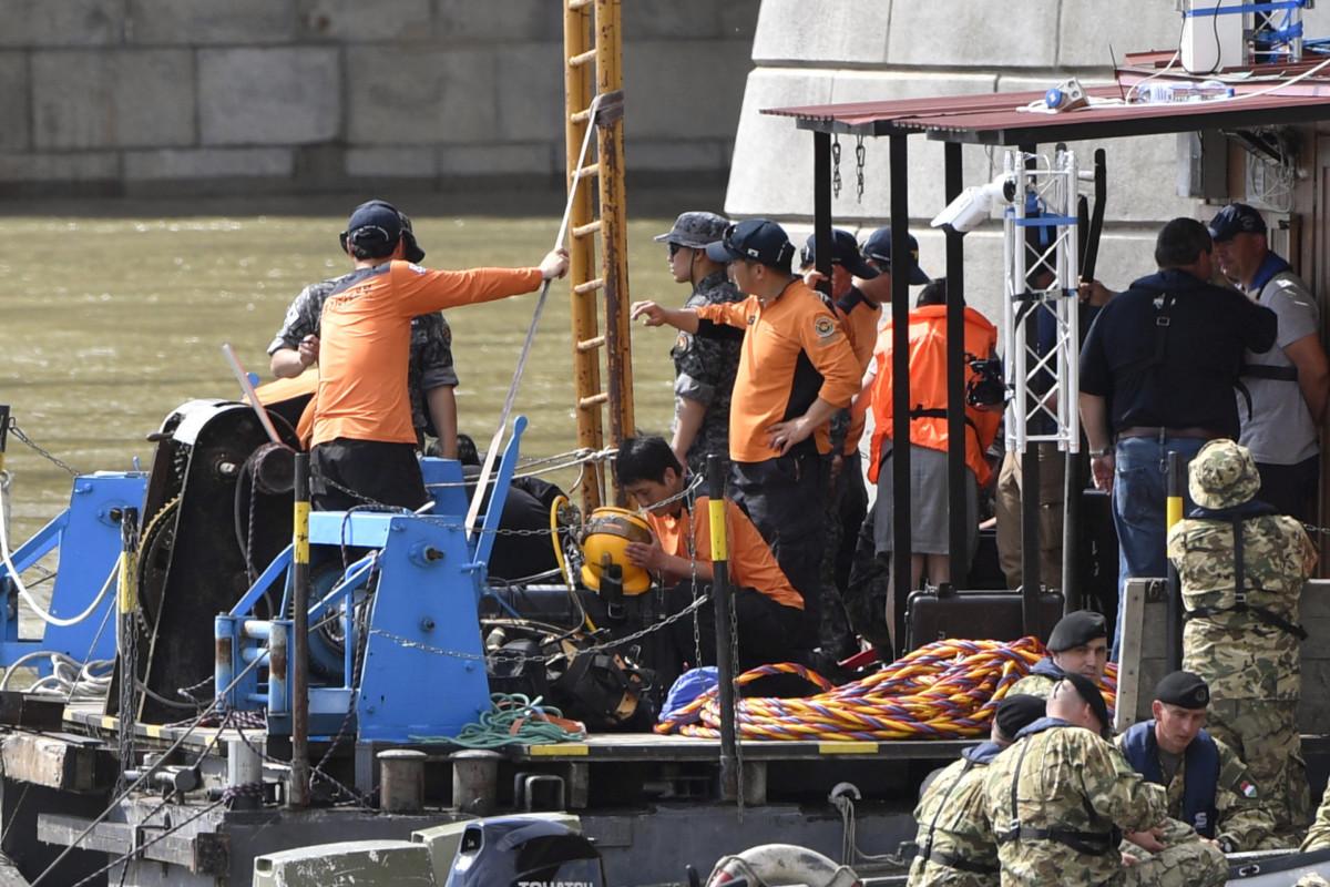 A hajóbalesetben elsüllyedt Hableány turistahajó kiemelésének munkálatait segítő dél-koreai mentőcsapat tagjai a Margit hídnál kiépített pontonon 2019. június 3-án.