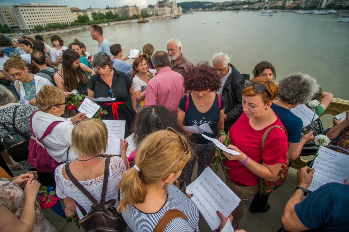 Az Arirang című koreai népdalt éneklik megemlékezők a hajóbalesetben elsüllyedt Hableány turistahajó közelében a Margit hídon 2019. június 3-án.