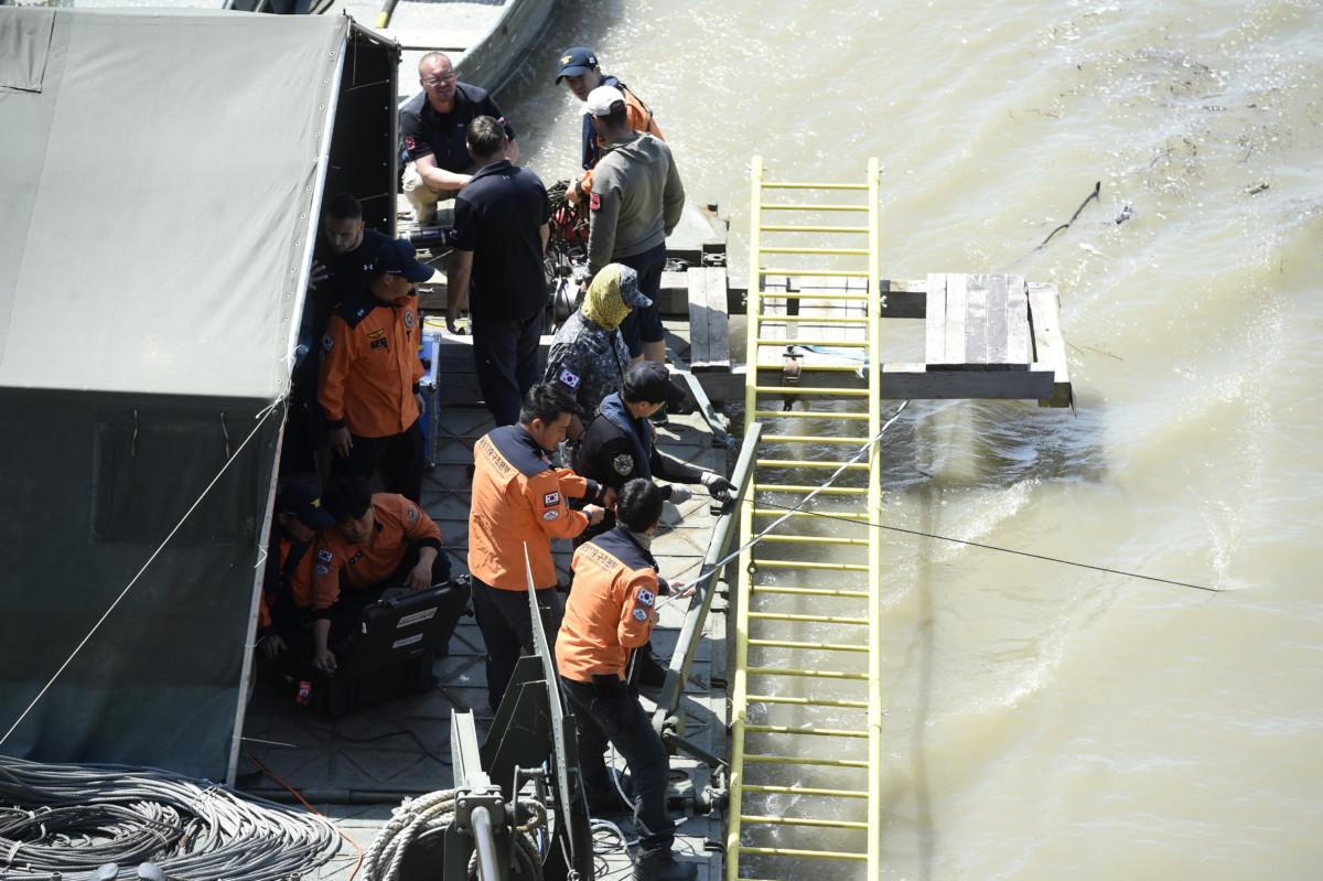 A dél-koreai és a magyar mentőegység tagjai a kiépített keresőpontonon a hajóbalesetben elsüllyedt Hableány turistahajó közelében 2019. június 1-jén.