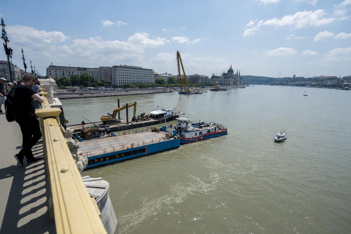 Egy uszály manőverezik a balesetben elsüllyedt Hableány turistahajó közelében Budapesten 2019. június 8-án.
