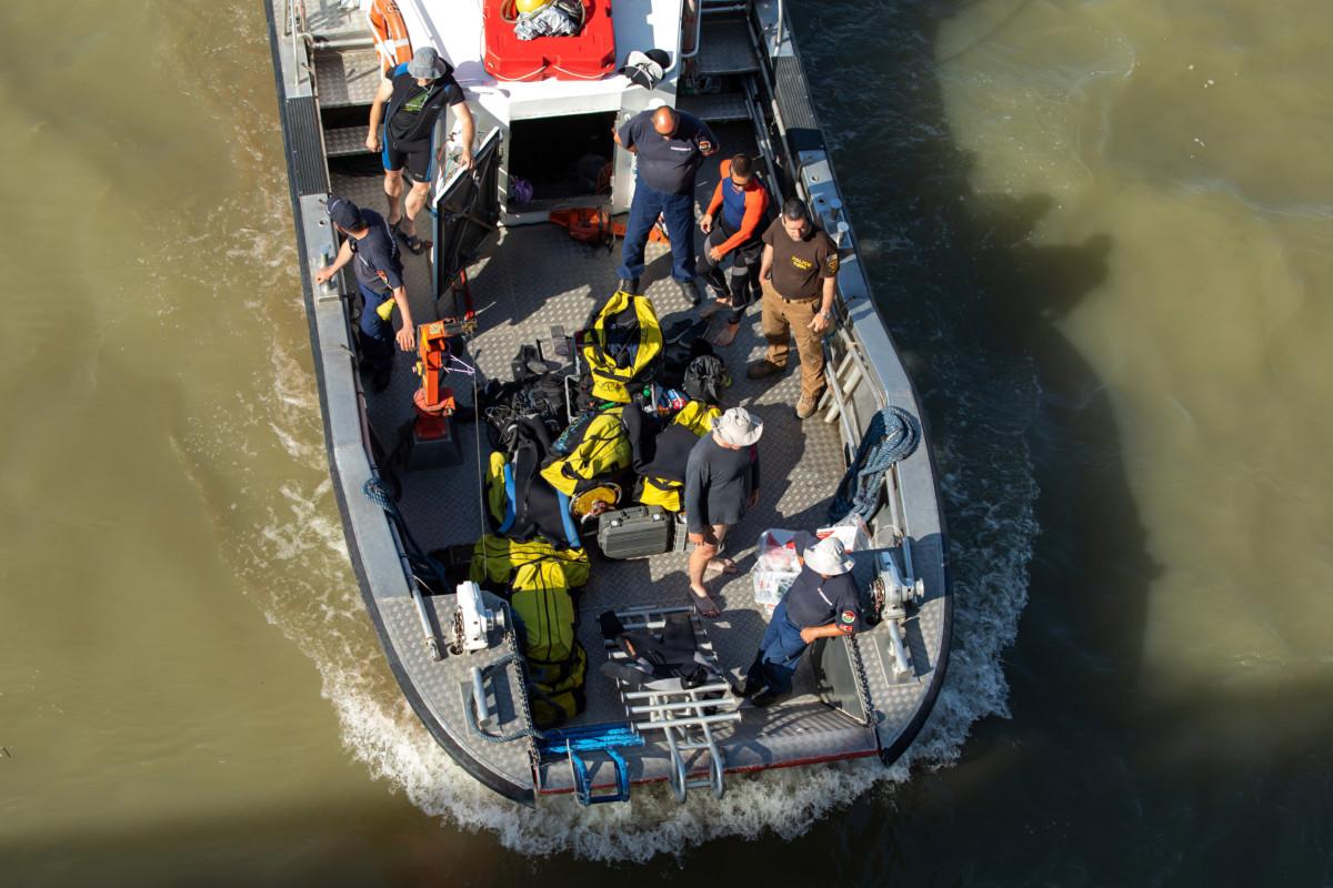 Búvárok a Szent Flórián tűzoltóhajón a balesetben elsüllyedt Hableány turistahajó közelében a Margit hídnál 2019. június 8-án.