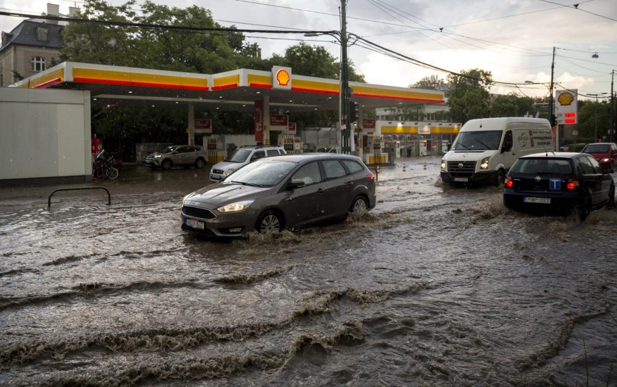 Személyautók felhőszakadás után a vízzel borított Szilágyi Erzsébet fasoron 2018. május 12-én.