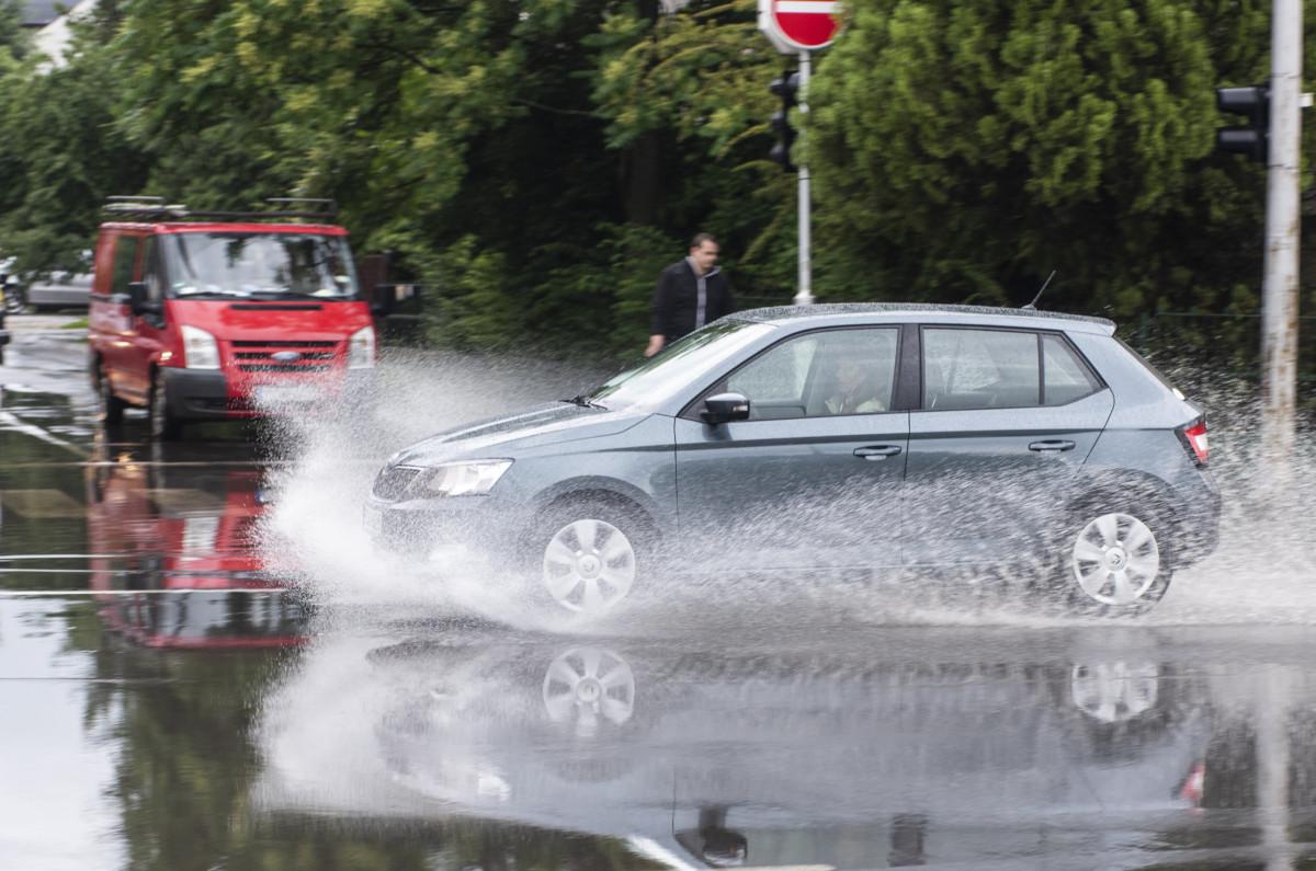 Személygépkocsik a felhőszakadás után vízzel elöntött úton a nyíregyházi Szegfű utcában 2019. június 7-én.