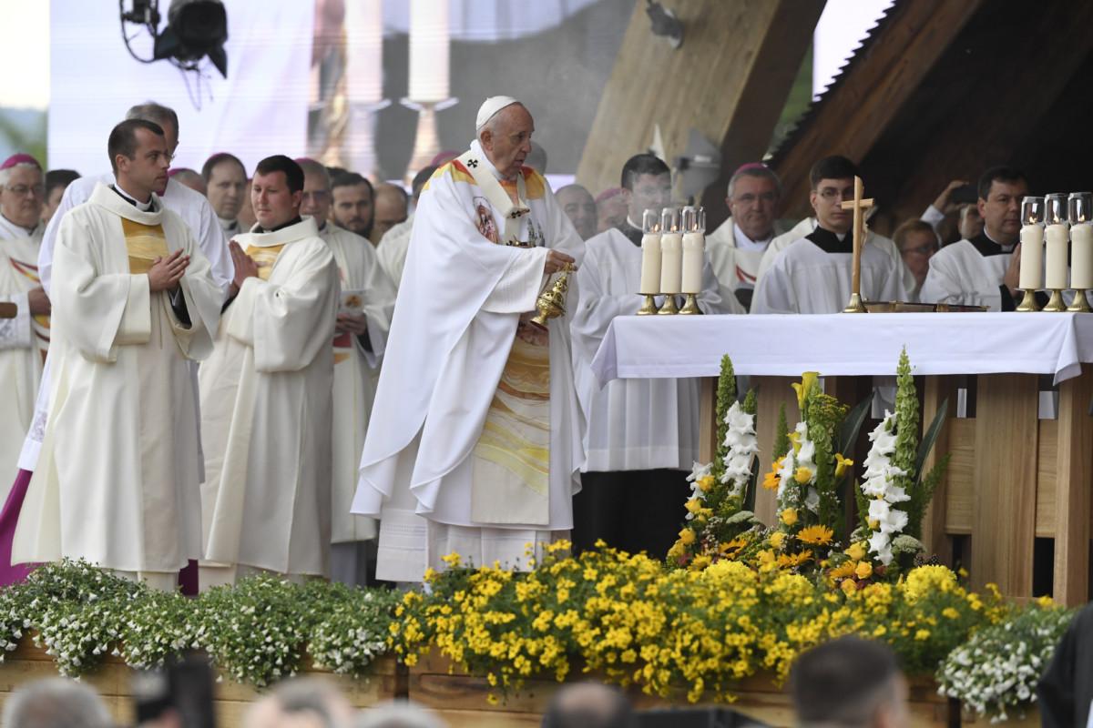 Ferenc pápa szentmisét pontifikál a csíksomlyói hegynyeregben, Erdélyben 2019. június 1-jén.