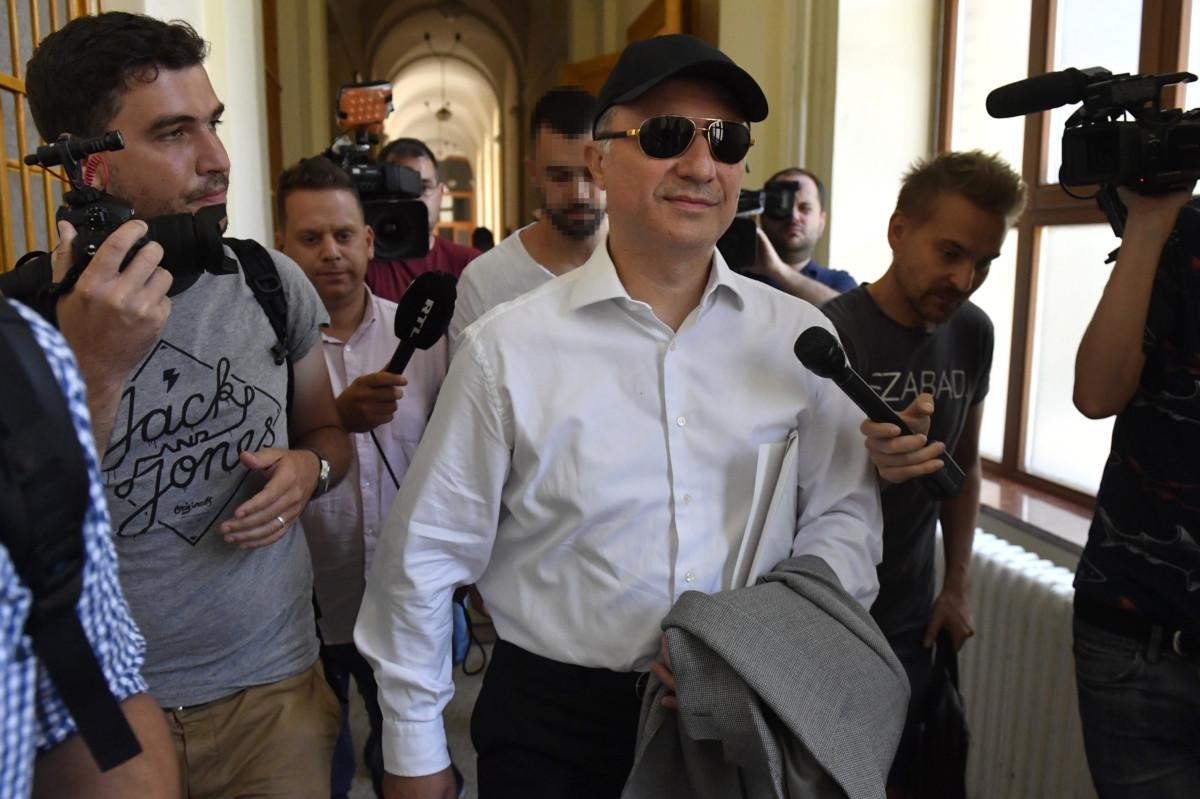 Nikola Gruevszki volt észak-macedón miniszterelnök távozik kiadatási tárgyalásáról a Fővárosi Törvényszéken 2019. június 27-én.