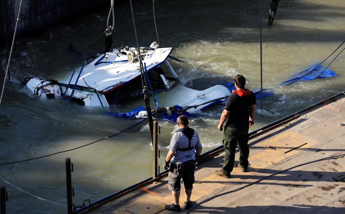 A balesetben elsüllyedt Hableány turistahajó roncsolt kapitányi hídja, miután kiemelték a Dunából a Margit hídnál 2019. június 11-én.