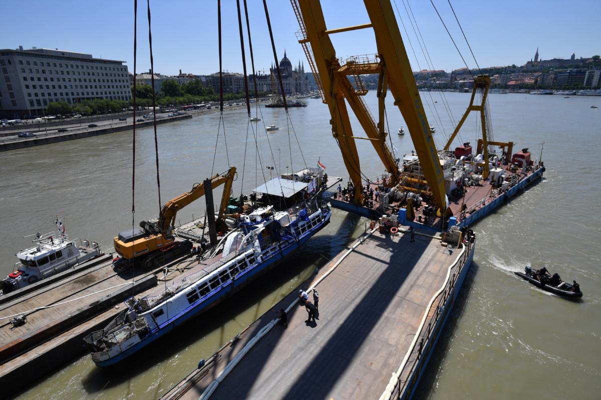 A Clark Ádám úszódaru kiemeli a balesetben elsüllyedt Hableány turistahajó roncsát a Margit hídnál 2019. június 11-én.