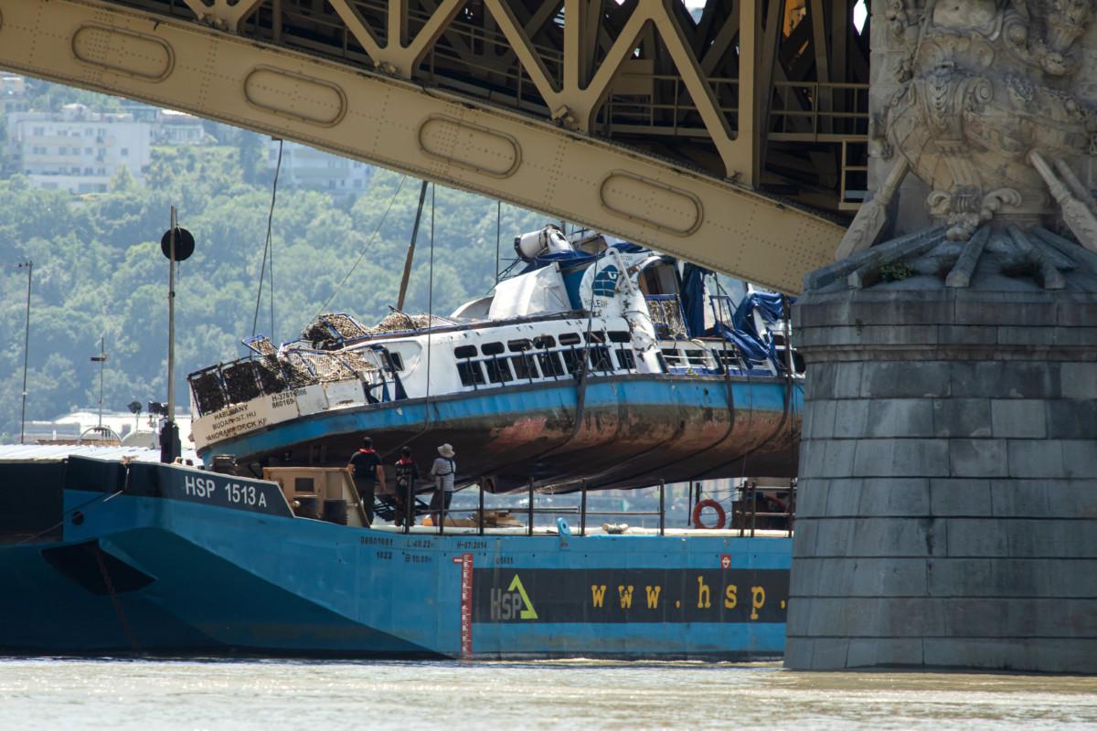 A Clark Ádám úszódaru az elszállítást végző uszályra emeli a balesetben elsüllyedt Hableány turistahajó roncsát 2019. június 11-én.