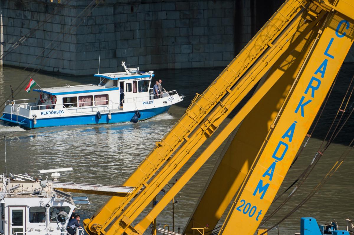 Pintér Sándor belügyminiszter (elöl) távozik egy rendőrségi hajón, miután megtekintette a balesetben elsüllyedt Hableány turistahajó roncsának kiemelési munkálatait a Margit hídnál 2019. június 11-én.