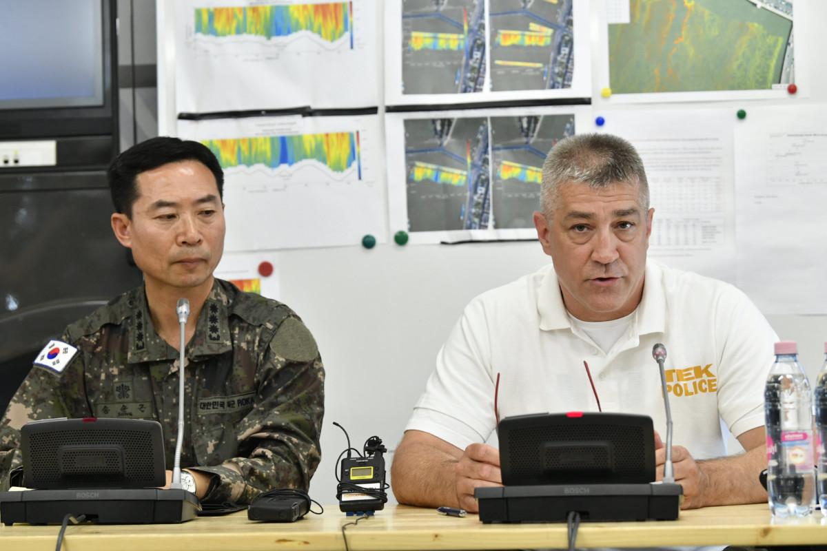 Sun Kun Szong ezredes, a dél-koreai nagykövetség katonai attaséja (b) és Hajdu János, a Terrorelhárítási Központ főigazgatója (b2) a Margitszigeten, a TEK mobil műveletirányítási központjában június 3-án.
