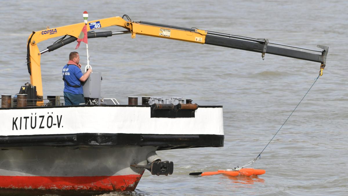 Szonárral vizsgálódik a Kitűző V. hajó a hajóbalesetben elsüllyedt Hableány turistahajónál a Dunán 2019. június 4-én.