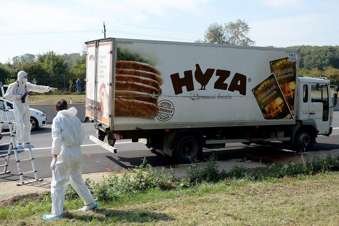Az osztrák autópályán, Parndorf közelében megtalált hűtőkocsi, benne a 71 halottal.