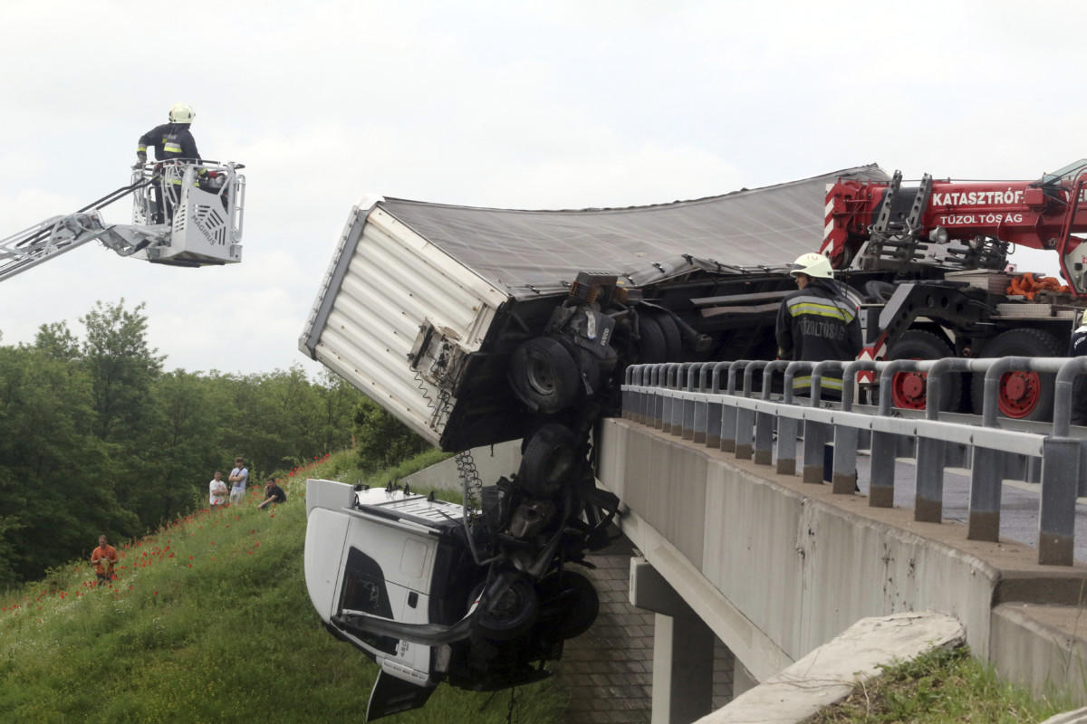Kamion sofőrfülkéje lóg le az M3-as autópálya hídjáról Mezőcsát térségében, a Miskolc felé vezető oldalon 2019. június 5-én.