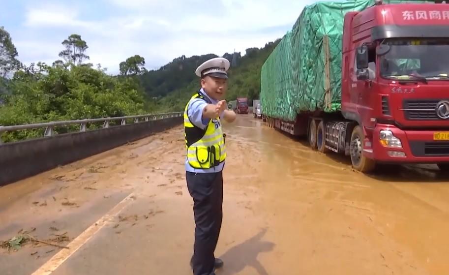 Földcsuszamlás zúdult egy forgalmas útra Kínában, mindent vitt másodpercek alatt
