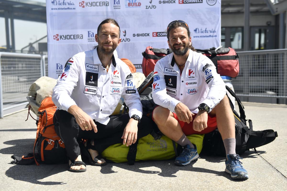 Klein Dávid (j) és Suhajda Szilárd hegymászók a Budapest Liszt Ferenc Nemzetközi Repülőtéren 2019. július 8-án.