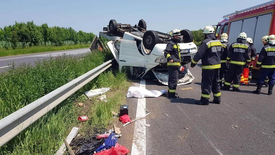 Balesetet szenvedtek az autópályán Kowalskyék, teljesen összetört az autójuk