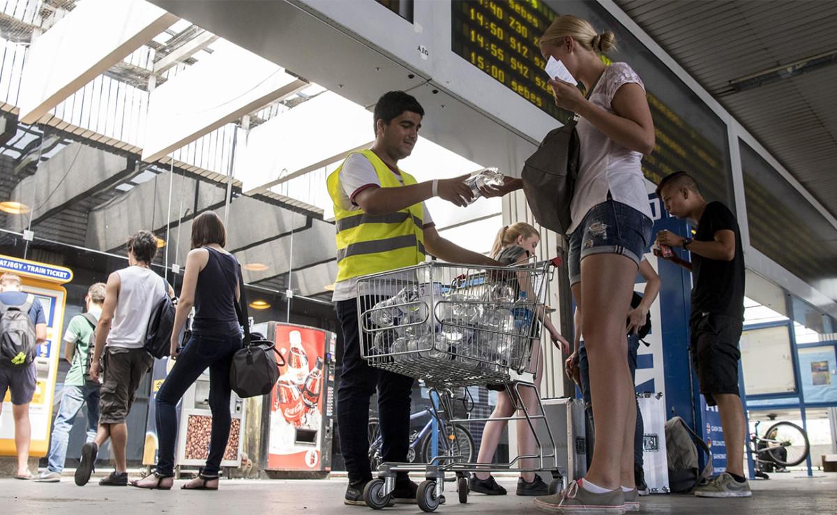 A hőségriadó miatt a MÁV vizet oszt három budapesti főpályaudvaron és a nagyobb vidéki vasútállomásokon is.