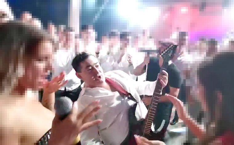 Mészáros Lőrinc lengőbordáig kigombolt ingben gitározta a Highway to hellt