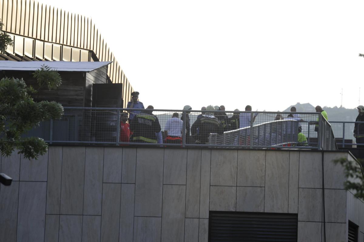 Helyszínelők dolgoznak 2019. június 24-én Budapesten, a Csörsz utcában, a MOM Sport Uszoda és Sportközpont tetején, ahol egy használaton kívüli faházban tűz keletkezett. A tűzoltók egy nyolcéves gyereket eszméletlen állapotban hoztak ki az épületből, aki a mentők szakszerű ellátása ellenére a helyszínen életét vesztette.