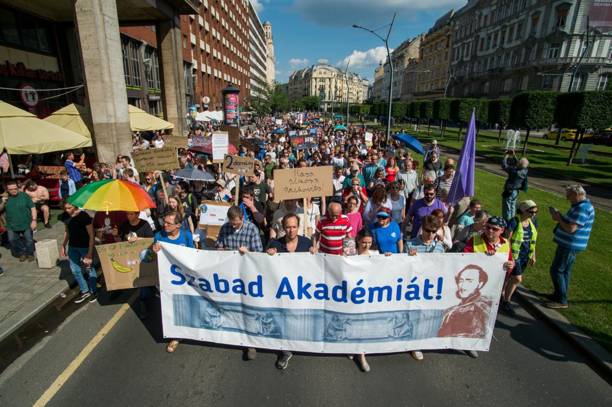 A Magyar Tudományos Akadémia (MTA) intézményrendszerének tervezett átalakítása ellen szervezett demonstráció résztvevői vonulnak a Budapesti Corvinus Egyetemtől az MTA székházához a belvárosi Károly körúton 2019. június 2-án.