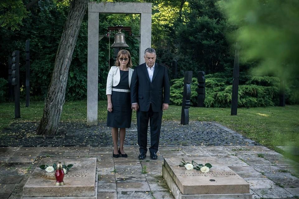 Orbán Viktor virágot vitt Nagy Imre sírjára