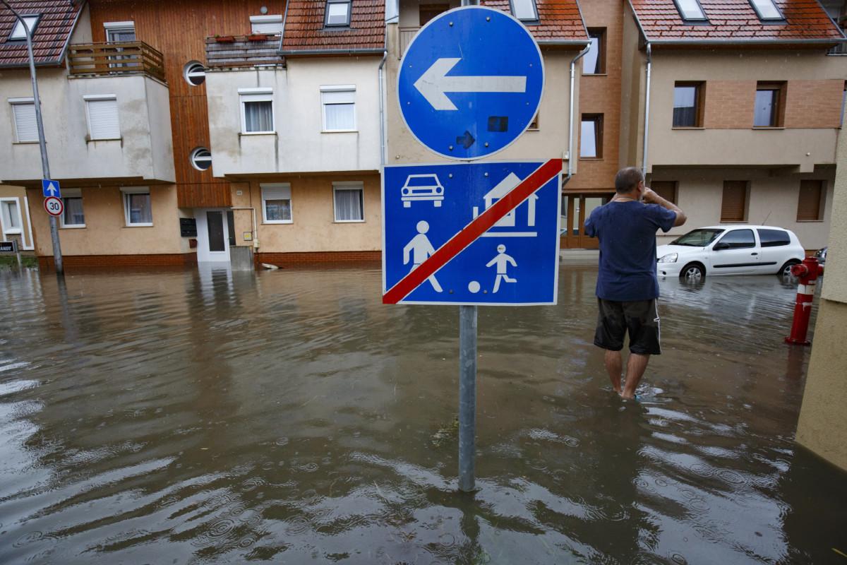 Autó Nagykanizsán, a felhőszakadás után vízzel elárasztott Arany János és a Május 1. utca kereszteződésében 2019. június 23-án.