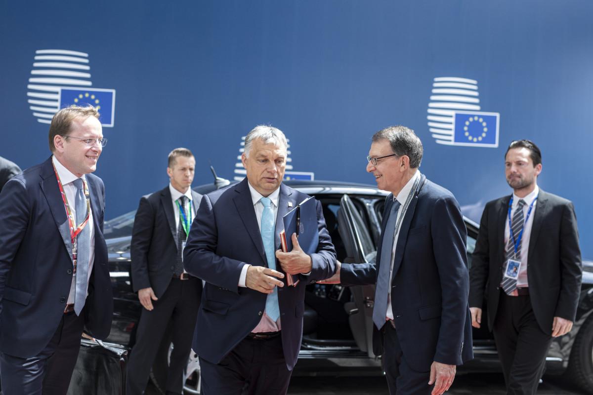 Orbán Viktor miniszterelnök (k) érkezik az EU rendkívüli csúcsértekezletére Brüsszelben 2019. május 30-án.