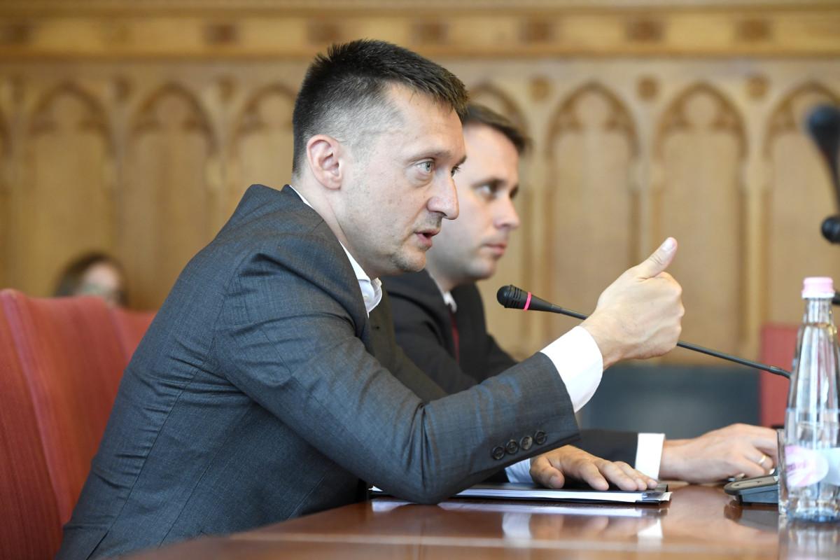Rogán Antal, a Miniszterelnöki Kabinetirodát vezető miniszter (b) beszél az éves meghallgatásán az Országgyűlés igazságügyi bizottságának ülésén az Országház Nagy Imre termében 2019. június 20-án. Mögötte Dömötör Csaba, a Miniszterelnöki Kabinetiroda parlamenti államtitkára.