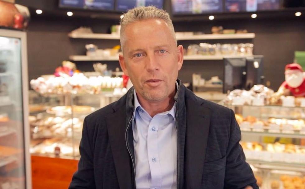 Schobert Norbi Benke Laci bácsi temetésén szelfizett, majd szitkozódott a kritikák miatt