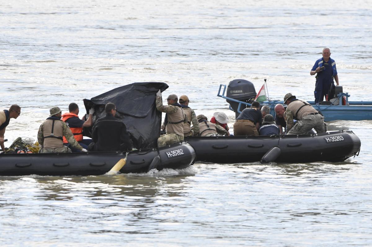 A kutatási munkálatokat végző szakemberek a balesetben elsüllyedt Hableány turistahajó közelében a Margit hídnál 2019. június 3-án.