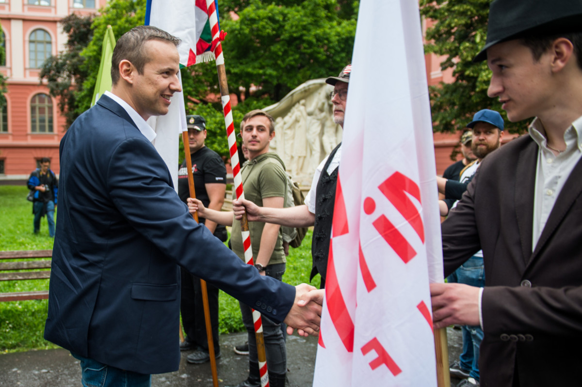 Toroczkai László, a Mi Hazánk elnöke (b) a Nemzeti Légió zászlóbontásán, a Nemzeti Hadsereg megalakulásának 100. évfordulója alkalmából rendezett megemlékezésen Szegeden, a Rerrich Béla téren 2019. június 1-jén.