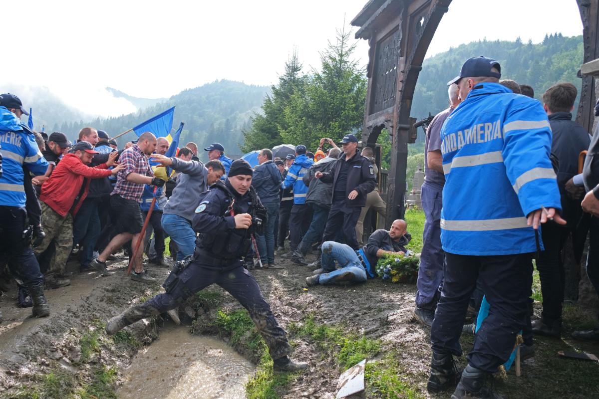 Román résztvevők, miután áttörték a csendőrsorfalat az úzvölgyi katonatemető bejáratánál, ahol ortodox szertartás keretében felszentelték a törvénysértően létesített román emlékművet és parcellát 2019. június 6-án.