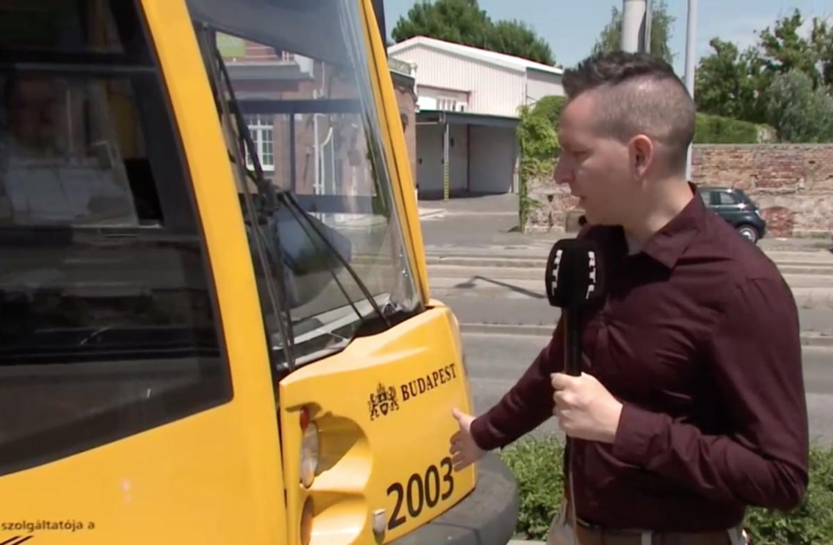 Élőben közvetítették egy fiú életveszélyes mutatványát a budapesti villamoson